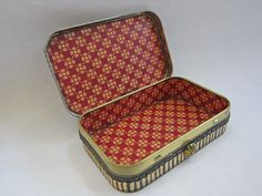 Tutorial: Altered Altoid Tin  Great step by step instructions for  little gift boxes.