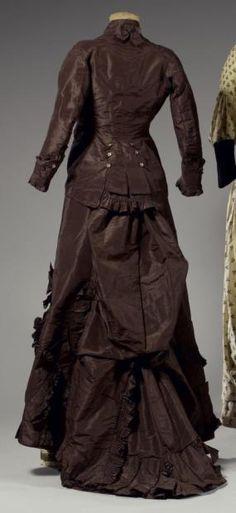 Robe de jour en taffetas, vers 1875-1880. Taffetas de soie marron glacé.