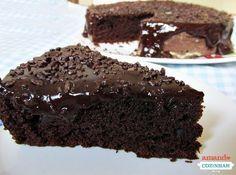 Aprenda a fazer uma massa de bolo de chocolate super fofinha e molhadinha, com cobertura de ganache de chocolate.
