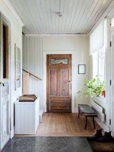 Christofer & Karins hem i Uppland, tidningen Lantliv Swedish Cottage, Swedish House, Swedish Bedroom, Coastal Living Rooms, Living Spaces, Entry Hallway, Entryway, Beautiful Interiors, Old Houses