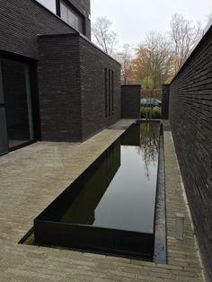 A little dark bricks facade Modern Landscaping, Backyard Landscaping, Pool Backyard, Eco Construction, Modern Water Feature, Water Walls, Water Features In The Garden, Garden Architecture, Yard Design