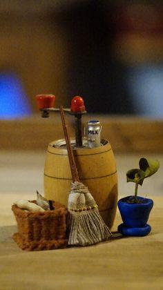 DIY miotła z rączką od pałeczek japońskich i koszyk z utwany z wełny na gwoździkach :) #Fairytailhouse #Dollyhouse #SaveHomeElves