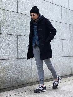ブラックのダッフルコートに、ニット帽やスウェットパンツ、そして足元にはスニーカーのコーディネートで、ラフさとクールさがバランス良くミックスされていますね。 こんなオシャレでカッコいいモデルのような男性とすれ違うと、思わず振り返ってしまいそうですね。