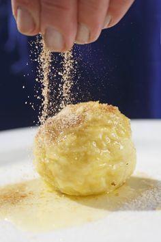 Original Südtiroler #Marillenknödel Authentic Polish Pierogi Recipe, Couscous, Fudge Caramel, Fun Desserts, Dessert Recipes, Homemade Dumplings, Cupcakes, Sweet And Salty, What To Cook
