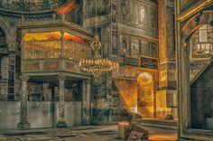 La luz en el interior de Santa Sofía se convierte en arte.  Salud ;)