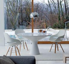 An elegant white dining table: Blanco by Zanotta decodesign / Decoration by auredoree Luxury Dining Tables, White Dining Table, Modern Dining Table, Round Dining Table, Dining Set, Table And Chairs, Side Chairs, A Table, Dining Chairs