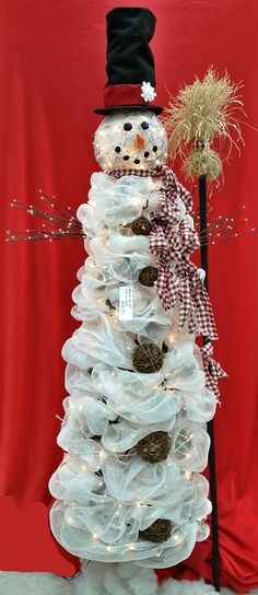 Here's what I can do with all the left over tulle from the wedding - Gorgeous Burlap Deco Mesh Snowman Tree! Snowman Tree, Christmas Snowman, Winter Christmas, Christmas Holidays, Christmas Wreaths, Christmas Ornaments, Country Christmas, All Things Christmas, Christmas Projects