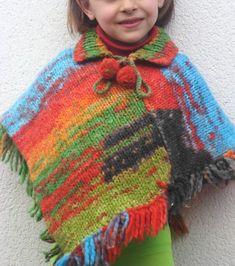 Hacer punto es una de mis actividades favoritas, así que cuando mi hermana me enseñó unos preciosos ovillos de lana multicolor y me pidió que tejiera un poncho para mi sobrina, no lo dudé ni un i… Poncho Lana, Crochet For Kids, Knit Crochet, Crochet Summer, Knit Baby Sweaters, Summer Jacket, Knitted Poncho, Baby Knitting, Mantel