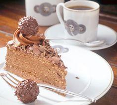 Könnt Ihr von den Schokoladenkugeln mit cremiger Füllung und Haselnusskern auch nicht genug bekommen? Dann kreiert doch für das nächste Fest diese köstliche und gleichzeitig wunderschöne Rocher-Torte. http://www.fuersie.de/kochen/backrezepte/artikel/rezept-pompoese-rocher-torte