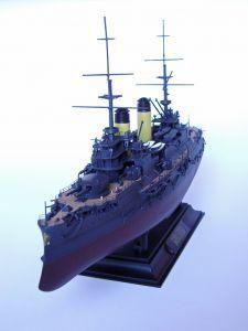 Model rosyjskiego pancernika Borodino, typu Borodino, który zatonął dnia 27 maja 1905 roku podczas bitwy pod Cuszimą. Długość modelu 35 cm. Model plastikowy z elementami fototrawionymi, ręcznie złożony i ręcznie pomalowany w skali 1:350.
