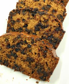 This is the perfect pumpkin bread for fall: Chocolate Chip Pumpkin Bread!! Moist, easy and makes your home smell of pumpkin.