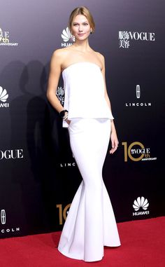 Karlie Kloss from The Best of the Red Carpet White haute! The supermodel stuns in a figure-hugging Comme Moi fishtail gown.