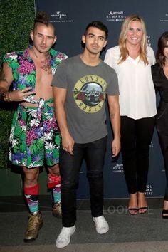 Joe Jonas wearing En Noir Coated Cash Wash Jeans, Fan Merchandise Guns 'N Roses T-Shirt Concert Wear, Joe Jonas, Famous Brands, Street Styles, Latest Fashion, Celebrity Style, Guns, Roses, Skinny