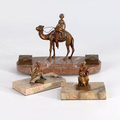 Wiener Bronze?: Schreibzeug und 2 Beisteller mit orientalischen Figuren. Bronze polychrom gefasst. W — Skulpturen, Plastiken, Installationen, Bronzen, Relief