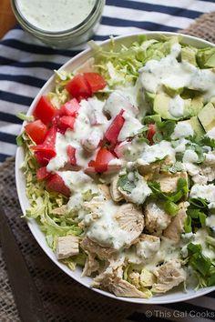 Afeitado Ensalada Col de Bruselas con cremoso Cilantro vestidor es una ensalada sencilla y sabrosa que es perfecto para el almuerzo o una cena ligera!