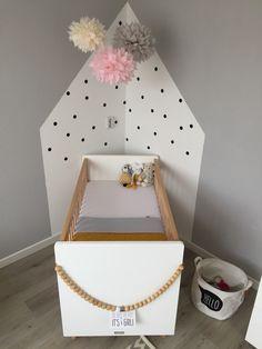 Babykamer inspiratie / grijs roze okergeel / zwarte stippen / knuffels: schaap uit Texel, happy horse, Hema / pompoms / Bobita / Leen Bakker / Xenos / Kwantum / it's a girl :-) / deken: diy haken