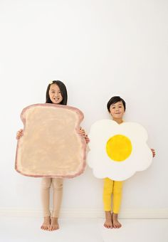 Toast and Egg Costume for Kids. Cute and easy Halloween costume. Toast and Egg Costume for Kids. Cute and easy Halloween costume. Fairy Halloween Costumes, Cute Costumes, Halloween Kostüm, Vintage Halloween, Halloween Makeup, Costume Ideas, Ghost Costumes, Halloween School Treats, Halloween Party Supplies