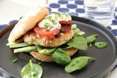 Fiskeburger, men f.eks pitabrød i stedet og gulrot. Evt aioli.
