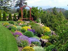 Hillside garden~ Very pretty
