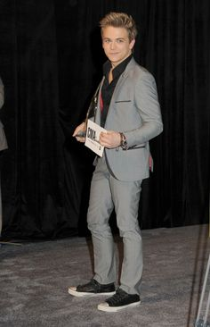 hunter hayes chucks with a suit? I've never been so in love with you.