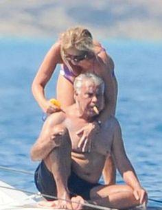 Pocos españoles llevan una doble vida de manera tan definida comoFelipe González. El ex presidente es un hombre obsesionado por el dinero y la alta sociedad. También es un hombre satisfecho, pues …