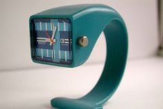 탁상시계로 디자인.. 시계위에 메모지끼우는 장치등