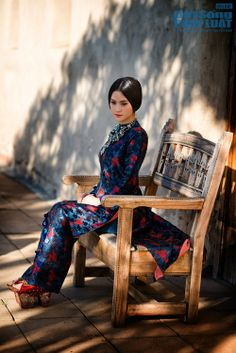 Vietnamese Traditional Dress, Vietnamese Dress, Traditional Dresses, Ao Dai Vietnam, Silk Tunic, Cheongsam, Womens Fashion, Indian Fashion, Modeling Poses