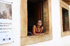 Karina na janela - https://abussolaquebrada.wordpress.com/2014/12/04/tiradentes/