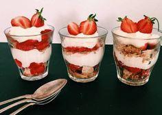 Sommerens nemmeste jordbærtrifli Smagen af jordbær i skøn forening med makroner og syrlig-fed flødecreme.
