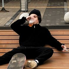 𝐸𝑚𝑖𝑙𝑖𝑎 ☁︎ - Drinking boy boys male males skater skate aesthetic fashion skateboard Imágenes efectivas que le pr - Neue Outfits, Boy Outfits, Fashion Outfits, Fashion Ideas, Guy Fashion, Skater Fashion, Skater Outfits, Ladies Fashion, Fashion Tips