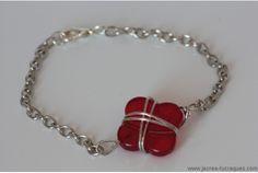Bracelet argenté avec trefle rouge