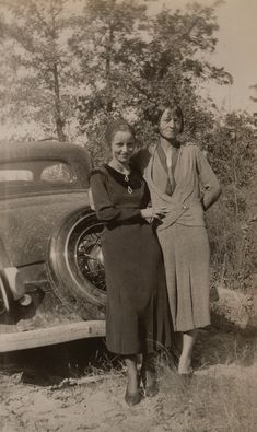 Buy online, view images and see past prices for Clyde Barrow & Bonnie Parker (Bonnie & Clyde). Barrow family photo albums and scrapbooks. Bonnie Parker, Bonnie And Clyde Death, Bonnie And Clyde Photos, Bonnie Clyde, Rare Photos, Old Photos, Old Pictures, Vintage Pictures, Family Photo Album