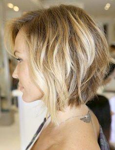 Cette coupe au carré, très féminine, a été légèrement dégradée pour donner un beau volume à l'arrière de la tête. La coloration est très douce, avec plusieurs nuances de blond.
