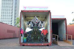 Masakazu Shirane et Saya Miyazaki  se sont attaqués à éclater les perceptions. Les panneaux sont fermés entre eux grâce à des fermetures éclairs. La progressions au travers du container se fait en dézippant une à une les coutures de la structure. Wink, c'est le nom de l'installation, a été présentée à l'occasion d'un Container Contest de la Biennale de Kobe. Constitué de 1100 panneaux triangulaires, l'agencement est réalisé en amont sur les logiciels 3D.