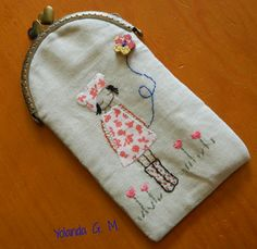 funda con boquilla para agujas de ganchillo Embroidery Purse, Cross Stitch Embroidery, Machine Embroidery, Frame Purse, Purse Styles, Glasses Case, Dressmaking, Textile Art, Purses And Bags