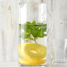 Pineapple and Mint Infused Water This pineapple and mint water is like a tropical cocktail but without the sticky-sweet taste. —James Schend, Taste of Home Deputy Editor Best Flavored Water, Cucumber Infused Water, Infused Water Detox, Flavored Water Recipes, Infused Waters, Flavored Waters, Detox Cleanse Water, Juice Cleanse, Smoothie Cleanse