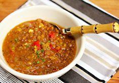 Esta sopa es un alimento básico en la cocina griega. Se trata de una sopa bastante sana y llenadora. Se sirve tradicionalmente con un chorrito de aceite de oliva y bastante vinagre. Aunque el vinagre es opcional, te sugiero que lo pruebes ya que incorpora un sabor especial. Ingredientes Porciones: 4 1¼ tazas de lentejas …