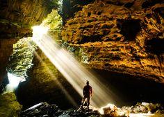Essa é a Gruta Luminosa em Intervales . É uma gruta famosa por abrigar insetos e lagartos. Há uma Claraboia no topo da gruta que permite a entrada da luz solar que em dias de Sol pleno e exatamente à 13 horas cria um espetáculo à parte. Caso tenha interesse em fazer o passeio clique no link do perfil (http://ift.tt/2cfcRfi) ou entre em contato com a gente desviantes@desviantes.com.br . Envie a sua foto para #desviantes que todas as sextas postamos a melhor foto da semana. #natureza #viagem…
