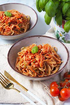 Tomatová omáčka s lososem je další z do 30 min hotových jídel na mém blogu. Pokud na těchto stránkách nejste poprvé, pak asi víte, že miluji rychlovky. Ačkoliv vařím ráda, mám (jako všichni) i spoustu jiných povinností, takže častokrát potřebuji mít co nejdříve hotovo. Ethnic Recipes, Fitness