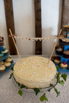 Just Married Bunting & Daisy Wedding Cake by Jen Ford