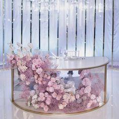 Декор для вашей идеальной свадьбы✨ ⠀ Президиумов молодоженов украшала плавная волна из флористики, по форме и цвету напоминающая…