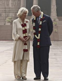 November 2013 - Britain's Prince Charles and his wife Camilla, Duchess of Cornwall, pose in front of the Hindu temple Akshardham during their visit to the temple in New Delhi, India Camilla Duchess Of Cornwall, Duchess Of Cambridge, Prince Charles And Diana, Royal Uk, Duke And Duchess, Duchess Kate, Camilla Parker Bowles, Hm The Queen, Herzog
