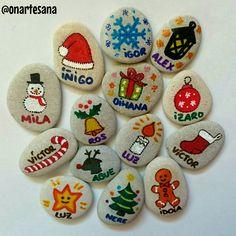 Feliz navidad. Marcadores de nombres hechos con piedras. Decoración mesa de navidad. Regalos hechos a mano.