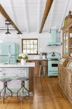 "Terrific Snap Shots retro kitchen appliances Thoughts The phrase moves, ""The kitchen can be the heart of your home."" Even so, such as a center, a new cooking area w. Mint Green Kitchen, Green Home Decor, Mint Green Decor, Green Decoration, Küchen Design, Design Ideas, Wood Design, Rustic Kitchen, Country Kitchen"