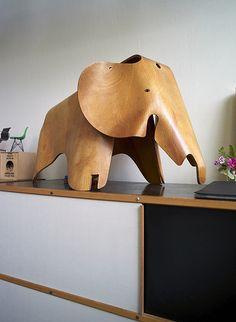 Eames Elephant in Plywood. Den Elefant hätte so mancher gerne, aber leider war er nur für kurze Zeit als teure limitierte Edition erhältlich. Dann lieber als Spielzeug auch für Kinder, wie Ray & Charles Eames es sich dachten: http://www.ikarus.de/designer (Classic Furniture Designs)