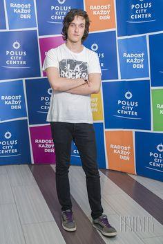 Konečne má zmenáreň prvého chlapa! Mladík Tomáš je vysokoškolák a má rád rockovú hudbu. V jeho domácom šatníku preto prevláda najmä čierna a biela farba.