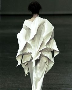 Sculptural and creative fashion structures; three-dimensional dress detail by Issey Miyake Issey Miyake, 3d Fashion, Fashion Details, Couture Fashion, Fashion Brands, Yohji Yamamoto, Textiles, Vetements Clothing, Structured Fashion
