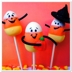 Halloween Candy Corn Cake Pops Omg so cute, it's me, Erin and Moe! Halloween Cake Pops, Halloween Goodies, Halloween Treats, Halloween 1, Holiday Treats, Holiday Fun, Holiday Foods, Holiday Desserts, Favorite Holiday