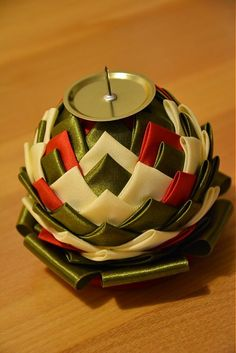 Sviatočný svietnik vyrobený metódou tzv. falošného patchworku. Svietnik je v ponuke bez sviečky. Zdola je svietnik upravený, tak aby sa minimalizovala možnosť prekopŕcnutia......