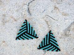 Triangle beaded earrings, Dreieck Ohrringe, bead-it-up auf Dawanda Beaded Jewelry Designs, Bead Jewellery, Bead Earrings, Beading Tutorials, Beading Patterns, Pony Bead Projects, Peler Beads, Peyote Beading, Bracelets